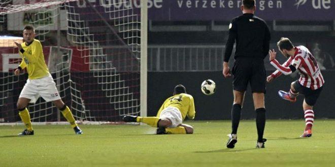 Schapendonk (liggend) en Stottelaar kunnen de 3-0 van Klaasen niet voorkomen - Foto Carla Vos/Cor Vos @OpleidingSparta