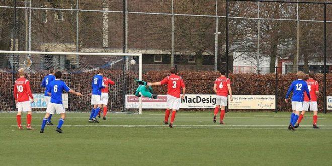 Ties Bazelmans (12) krult de bal in de kruising en zorgt voor de 1-1 gelijkmaker - Foto: Ronald Otter