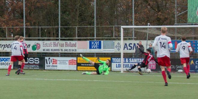 De winnende treffer van Bijveld is niet meer te voorkomen door de Helmondia defensie - Foto: Margo Subnel