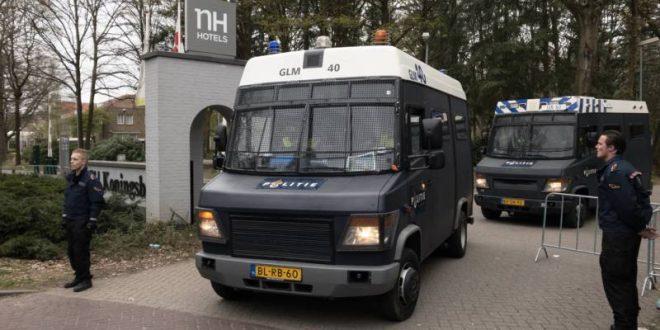 Een busje van de ME bij de hoofdingang van NH Koningshof.