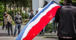 Eritrese vluchtelingen demonstreren bij de hoofdingang van NH Koningshof. Foto: ANP.