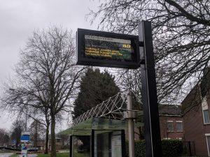 Digitaal busstationsbord geeft aan dat er geen bussen rijden door de staking.