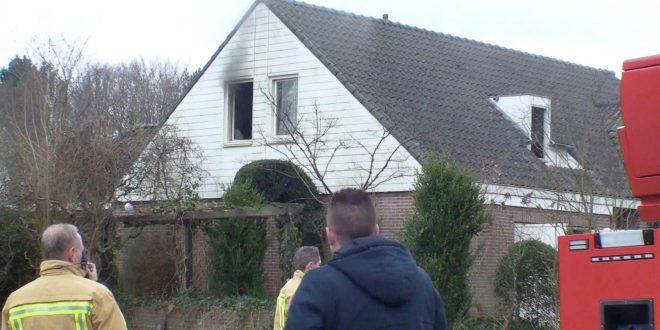 Rook uit het raam van het huis