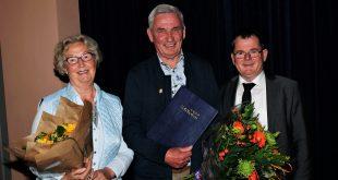 Trotse Jos van Delft met zijn vrouw, rechts wethouder Van Looij
