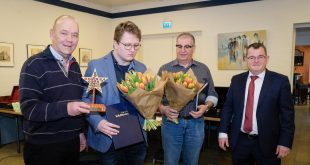 Ad Vialle en Gerard Coppens krijgen de Sterk van Antonie van den Berk en de wethouder