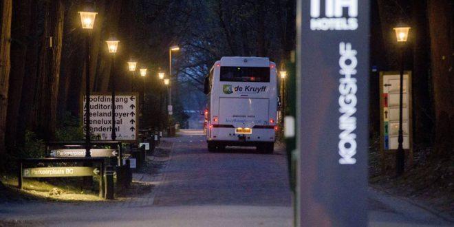 Eén van de touringcarbussen arriveert