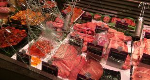 Eén van de vernielde vitrineruiten. Foto via ed.nl.