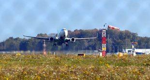 Een vliegtuig stijgt op vanaf Eindhoven Airport.