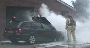 Op de oprit staat een auto in brand