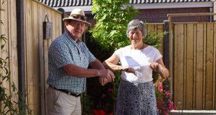 Peter Bakers overhandigt envelop aan vrijwilliger