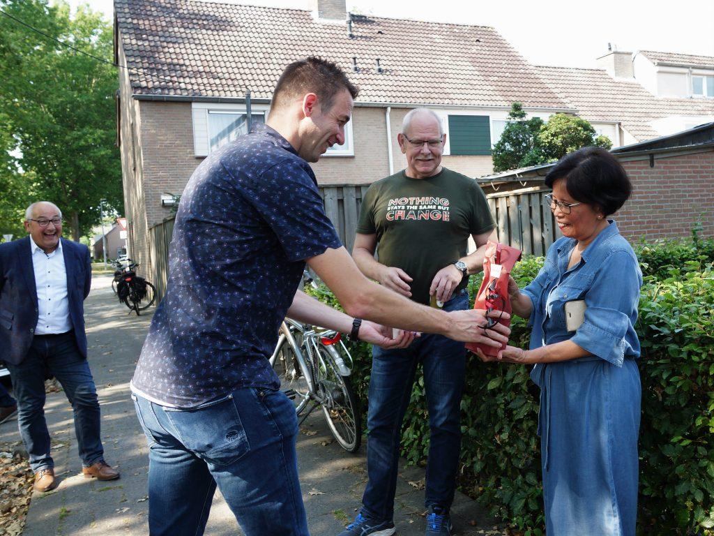 Bewoners van de Marenberg krijgen een bedankje, voor de stroom
