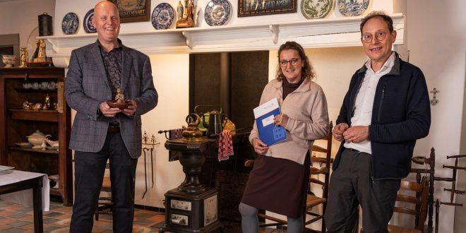 Museumdirecteur Hans Sonnemans (links) met Loes en Gerard Rooijakkers.