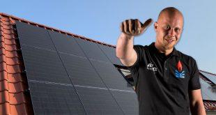 Foto van monteur van zonnepanelen
