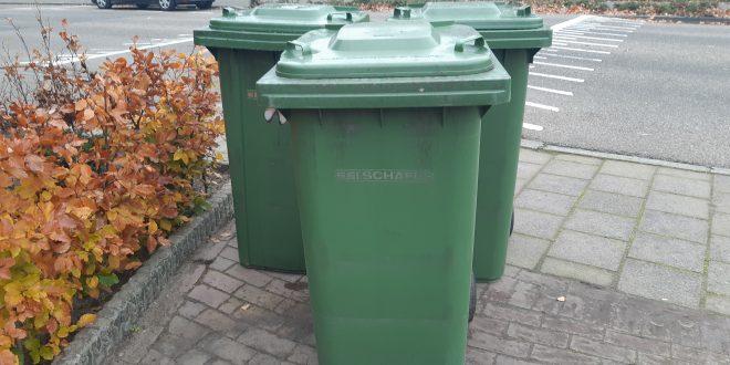 Drie groene klikos op de stoep