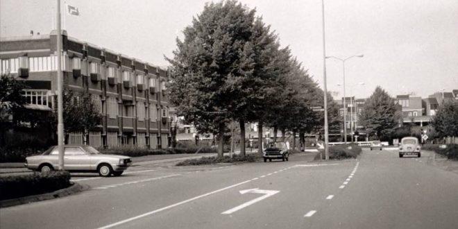 Foto uit 1975 van de Burgemeester van Hoofflaan, links het voormalige pand van de Rabobank