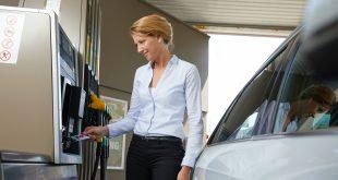 Vrouw bij tankstation