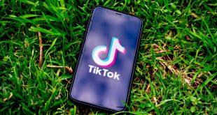 Plaatje van mobile telefoon met TikTok logo