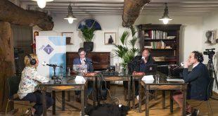 gasten aan tafel in de uitzending
