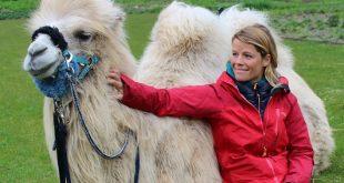 Tamar Valkenier met haar kameel