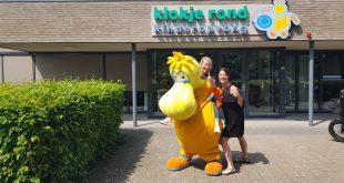 Mandy Kant en Ingrid Donkers met mascotte Jasper